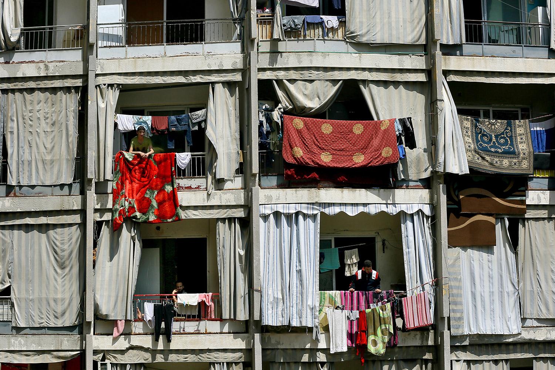 Gente en los balcones de un edificio en Beirut (Líbano) durante el cierre nacional contra el coronavirus
